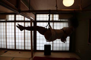 「緊縛セラピー」はじめて吊りを体験しました